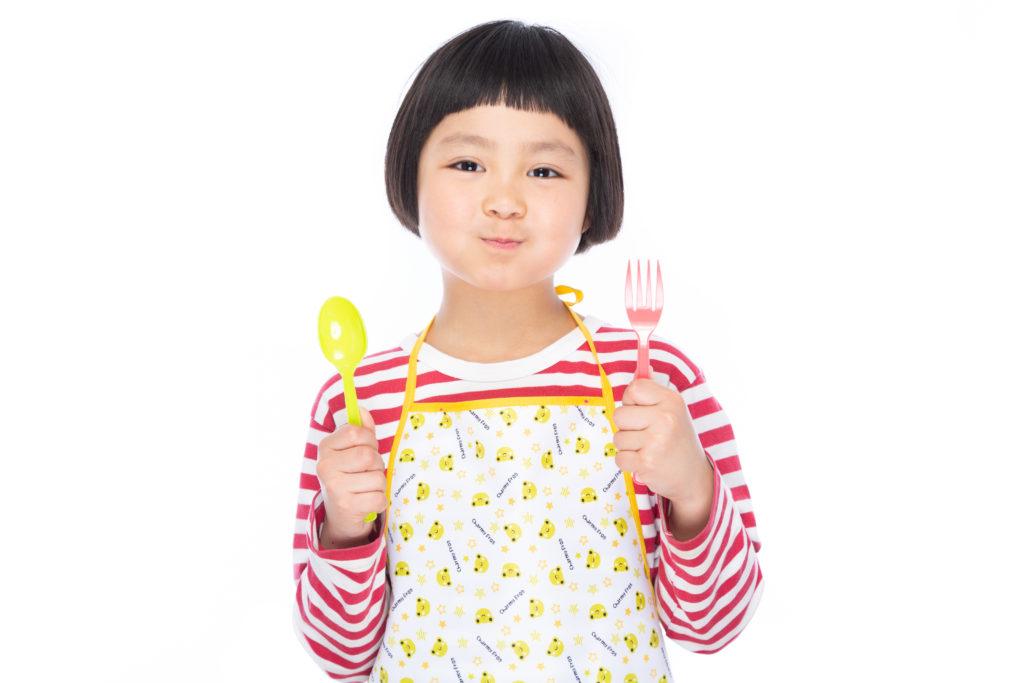 ナイフ、フォークを持つ子ども