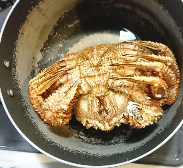 鍋に毛ガニ