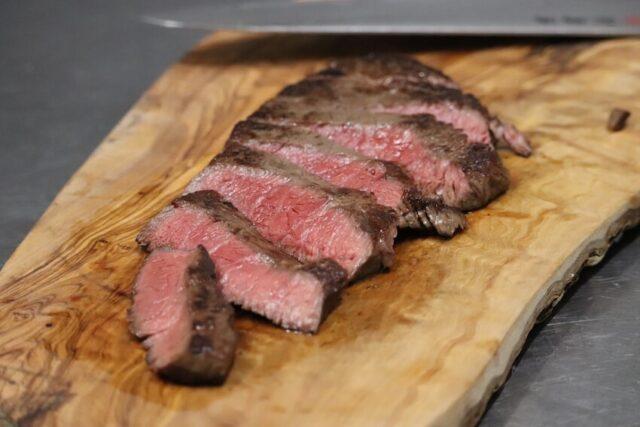 ステーキを斜めに切る